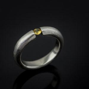 Balto aukso žiedas su geltonu safyru