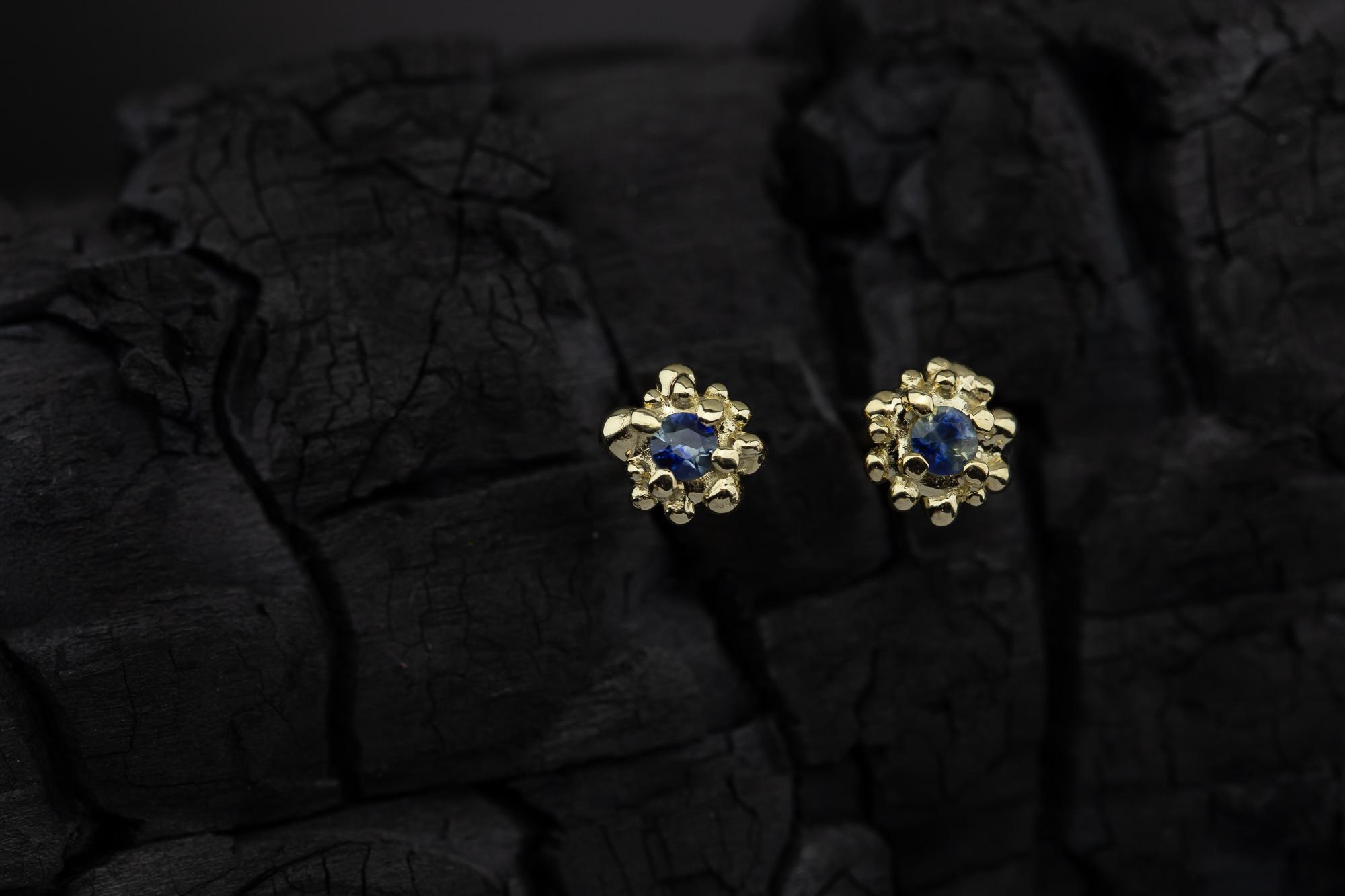 Auksiniai auskarai su safyrais