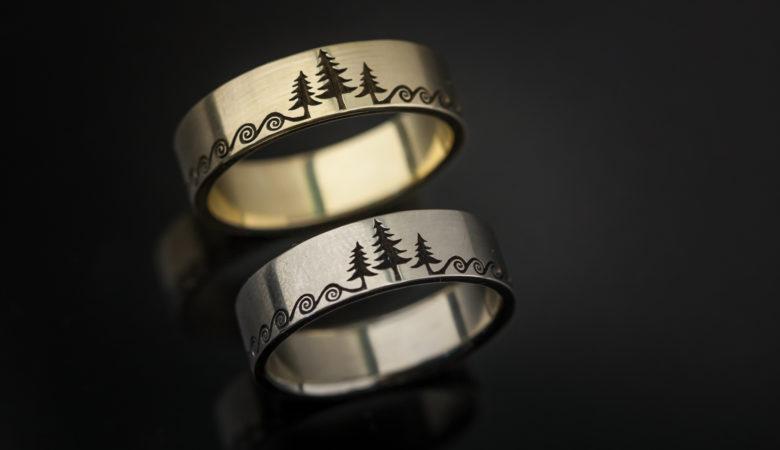 Graviruoti vestuviniai žiedai iš aukso.