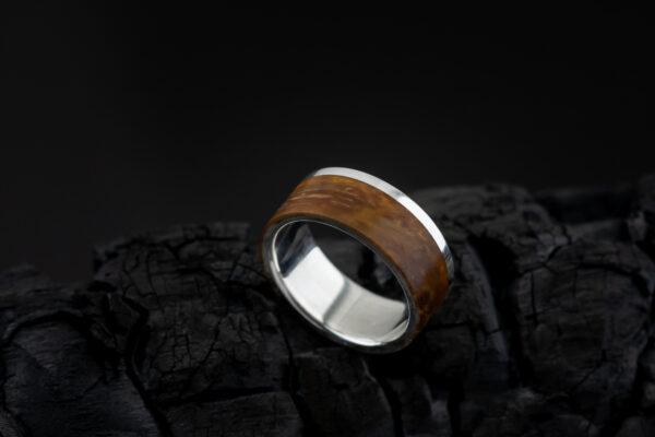 Vyriškas žiedas su mediena