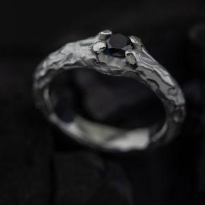 Sužadėtuvių žiedas su juodu deimantu