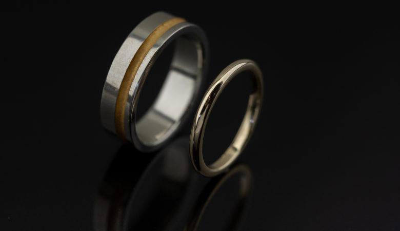 Vestuviniai žiedai iš balo ir geltono aukso.