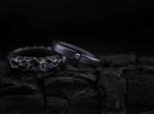Juodinto titano vestuviniai žiedai su juodu deimantu