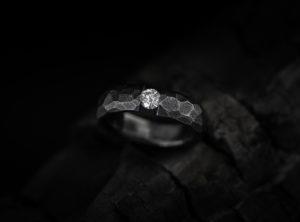 Titano žiedas su briliantu