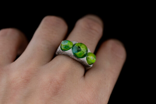 Vienetinis sidabrinis žiedas su lampwork technikos stiklo akimi.