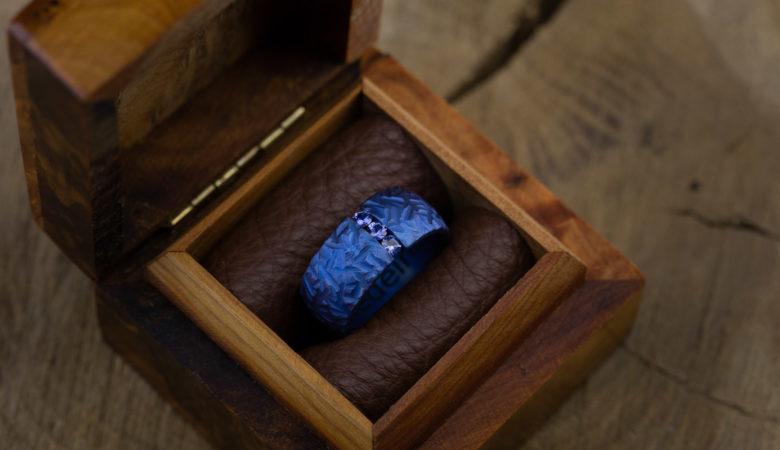 Titano žiedas su safyrais
