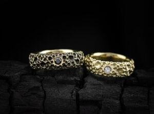 Geltono aukso vestuviniai žiedai su deimantais