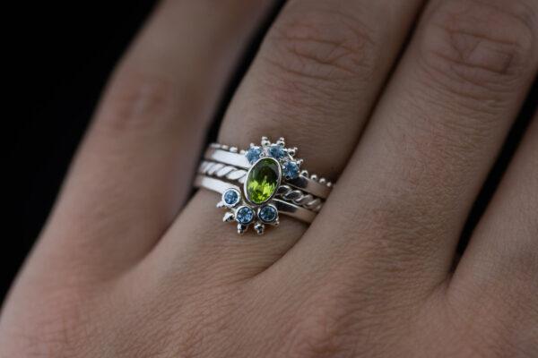 Žiedų rinkinys su topazais ir peridotu.