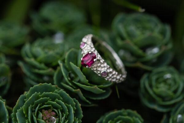 Žiedas su rodolitu ir safyrais