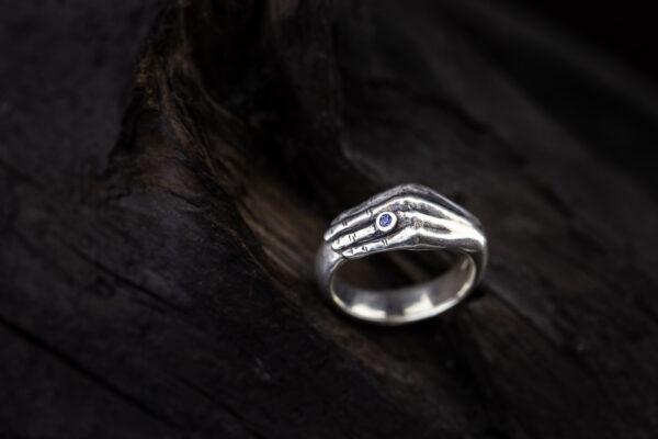 Žiedas ranka su safyru