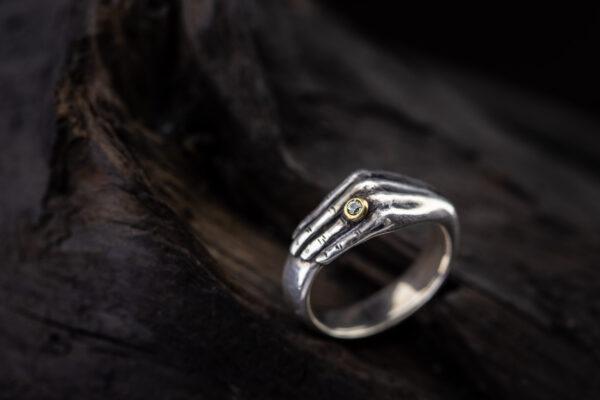 Sidabrinis žiedas ranka su safyru