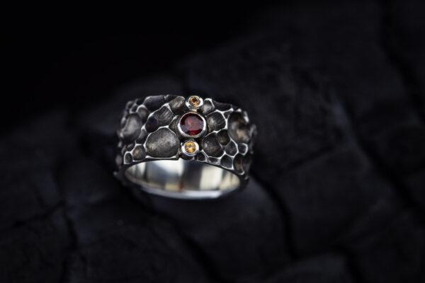 Žiedas su granatu ir safyrais