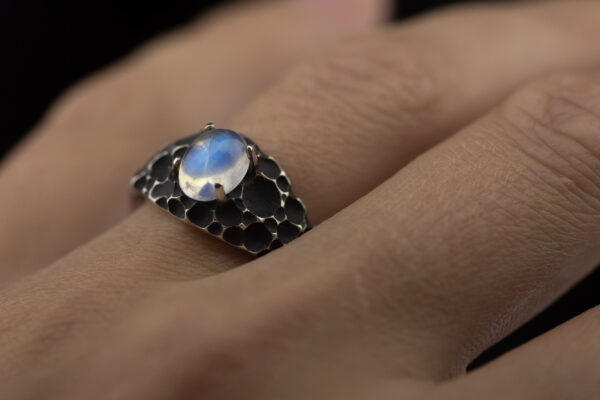 Sidabrinis žiedas su mėnulio akmeniu