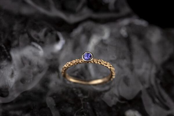 Raudono aukso žiedas su safyru.