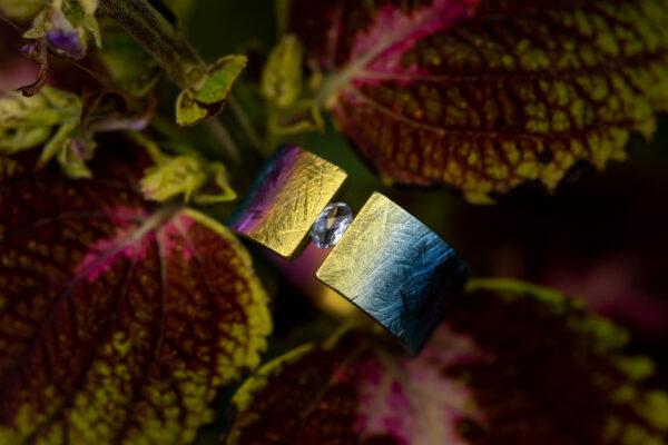 Spalvingas titano žiedas su jolitu.