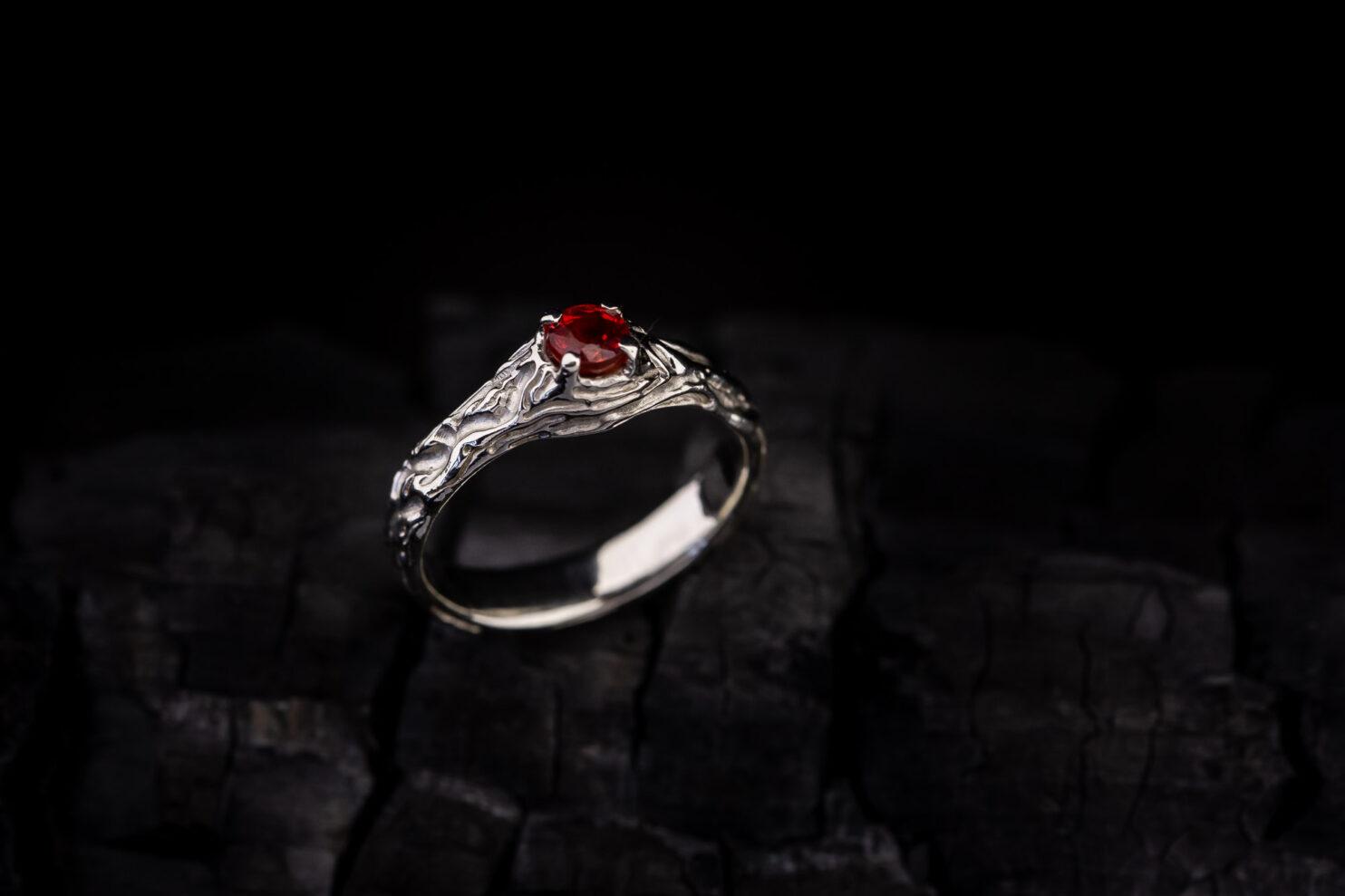 Balto aukso sužadėtuvių žiedas su raudonu safyru