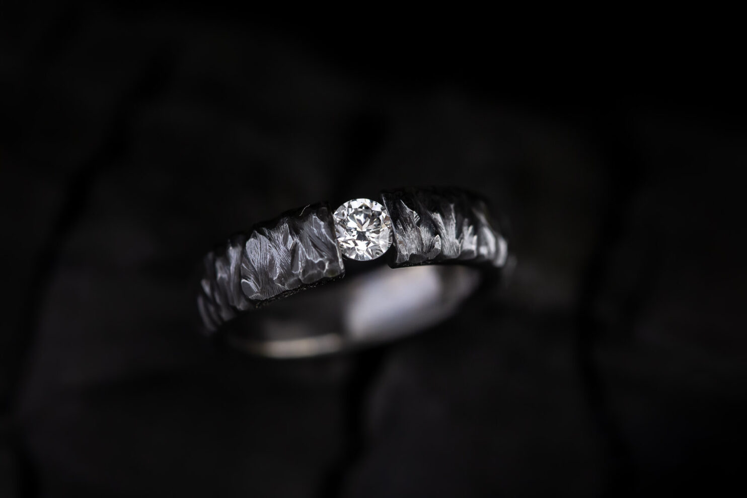 Juodo titano žiedas su briliantu