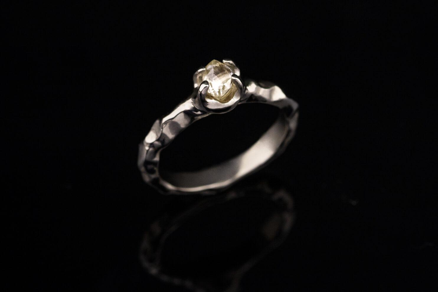 Balto aukso sužadėtuvių žiedas su neapdirbtu deimantu