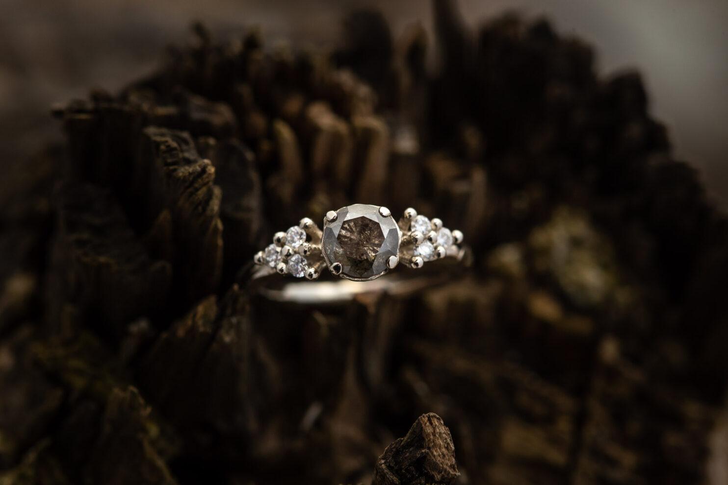 Sužadėtuvių žiedas su salt and pepper deimantu