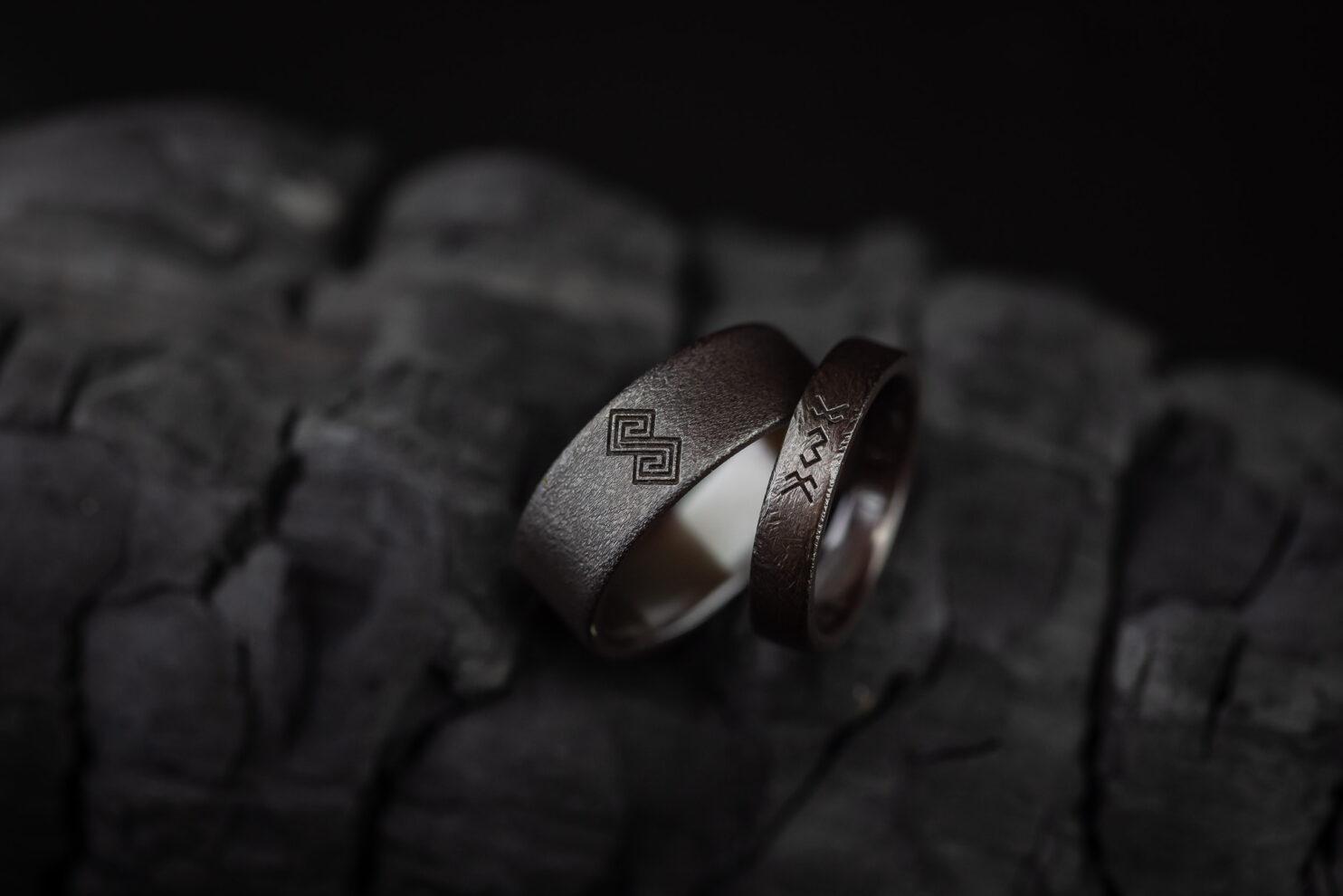 Juodo titano graviruoti žiedai