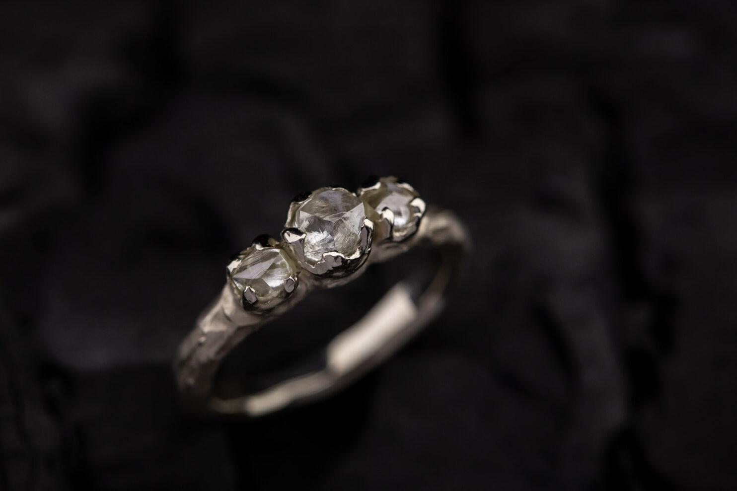 Sužadėtuvių žiedas su neapdirbtais deimantais