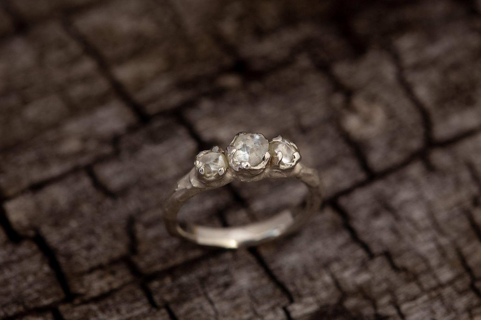 Balto aukso sužadėtuvių žiedas su deimantais