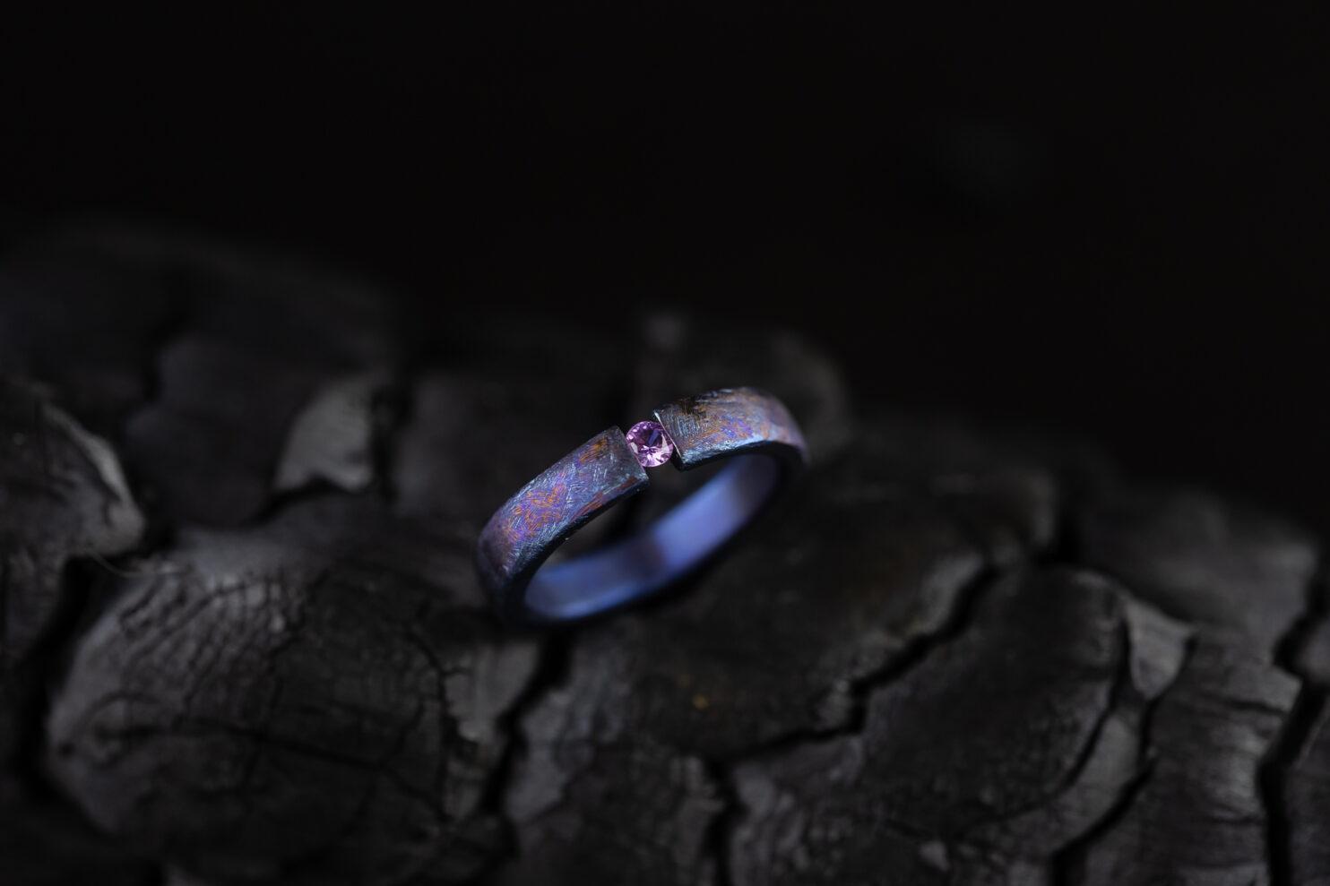 Titano žiedas su rožiniu safyru