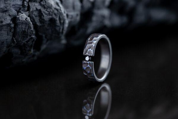 Titano žiedas su deimantu