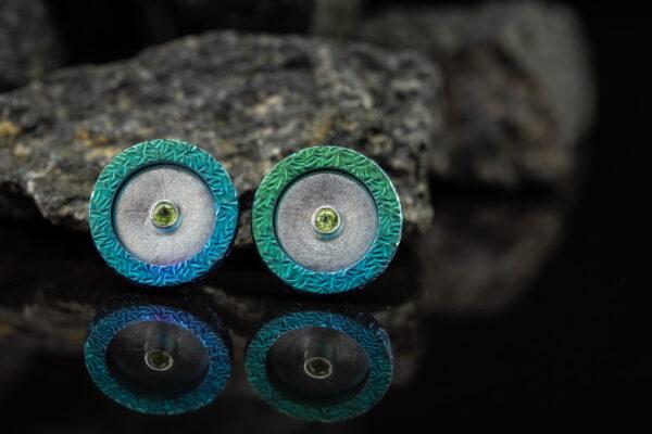 Titano auskarai su peridotais