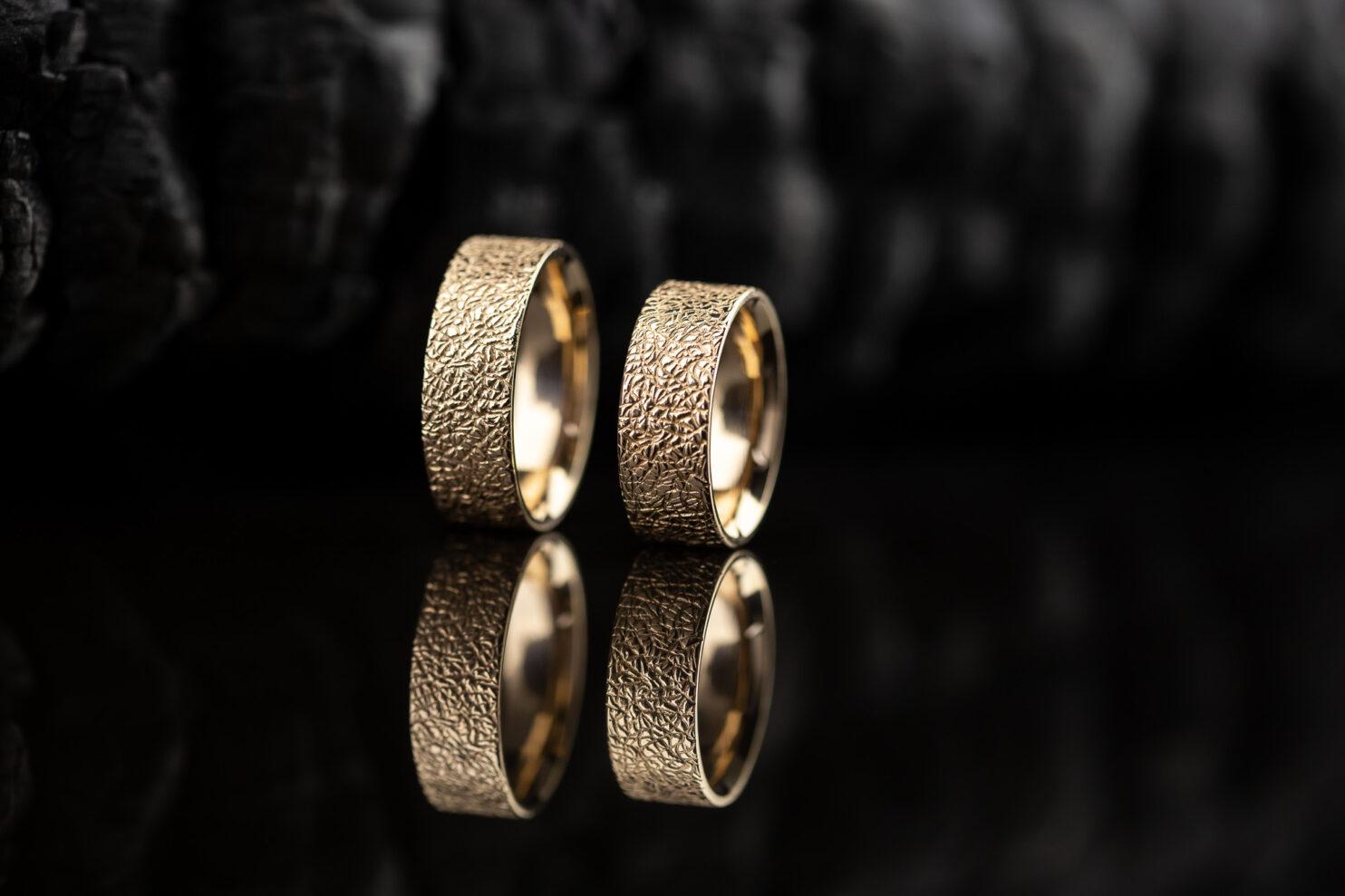 Modernūs vestuviniai žiedai iš raudono aukso