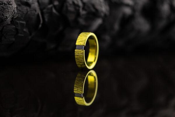 Titano žiedas su juodu deimantu.